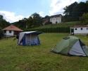 Prostor za šatore sa mokrim čvorom u pozadini
