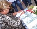 Vasiljka potpisuje svoj roman u Terzića avliji
