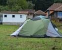 Prostor za šatore sa mokrim čvorom i krčmom u pozadini